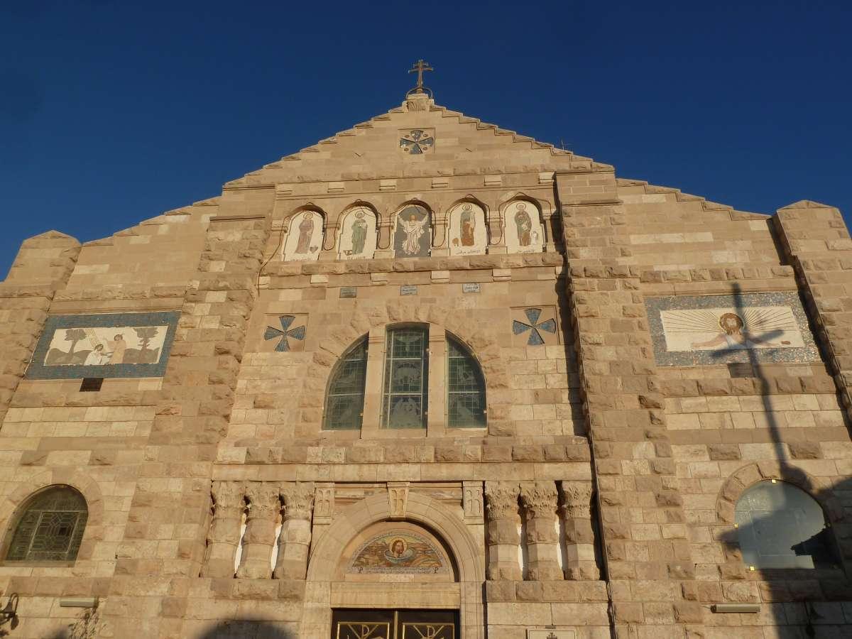 Kirchenfassade vor blauem Himmel