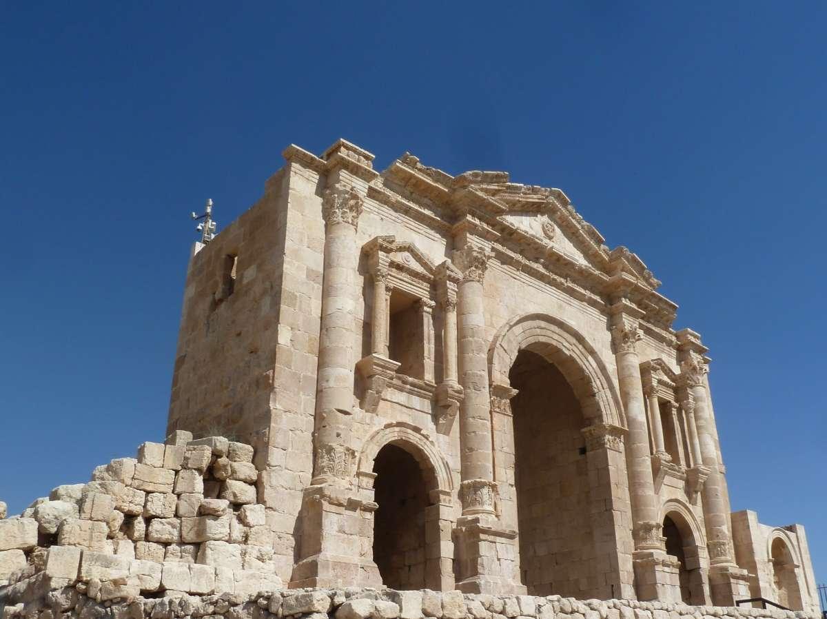 großes römisches Tor vor blauem Himmel