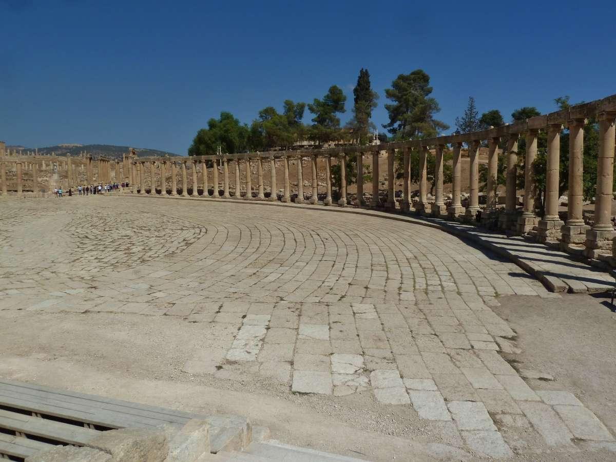 Ovaler Platz von römischen Säulen umrahmt