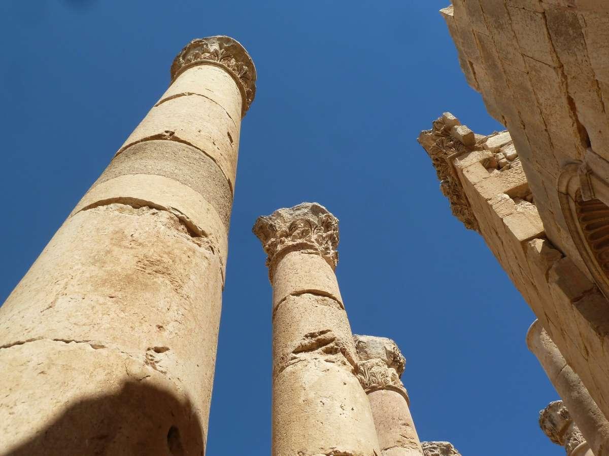 Drei Säulen ragen in den Himmel