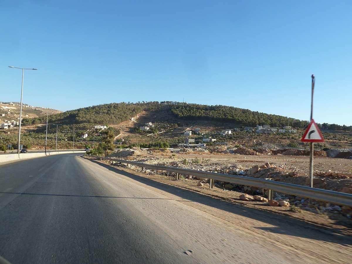 Straße und grüner Hügel