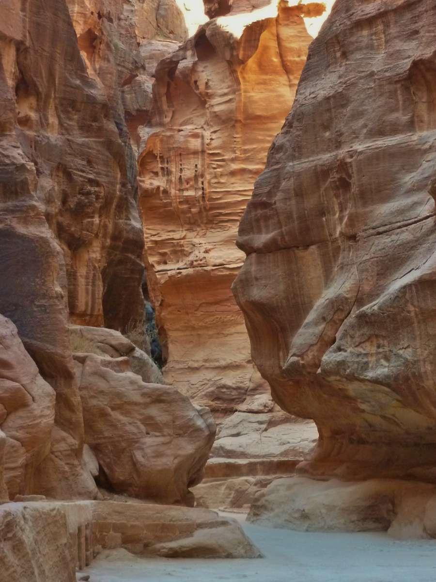 Enger Durchgang zwischen Felswänden im Siq nach Petra