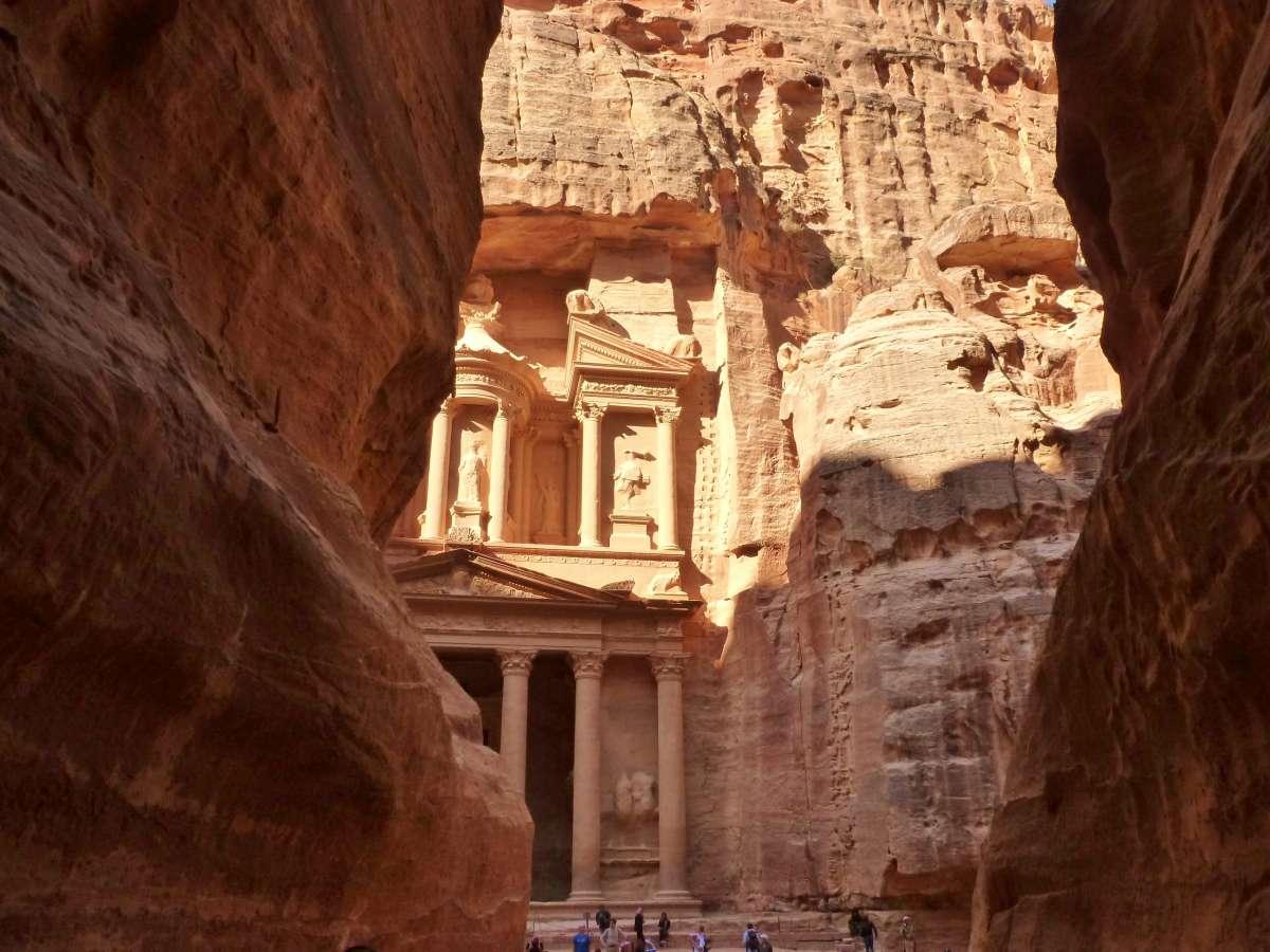 Blick zwischen den Felswänden auf das Schatzhaus von Petra