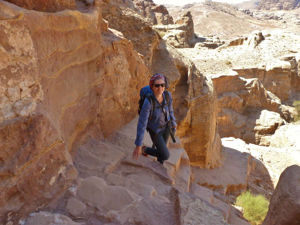Steile Treppen führen an der Felswand hinab