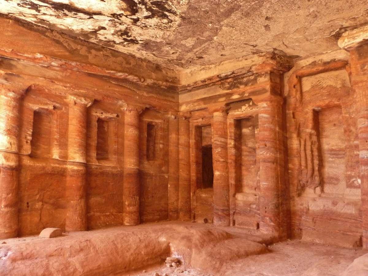 Bunte Felswände mit Halbsäulen im Triklinium