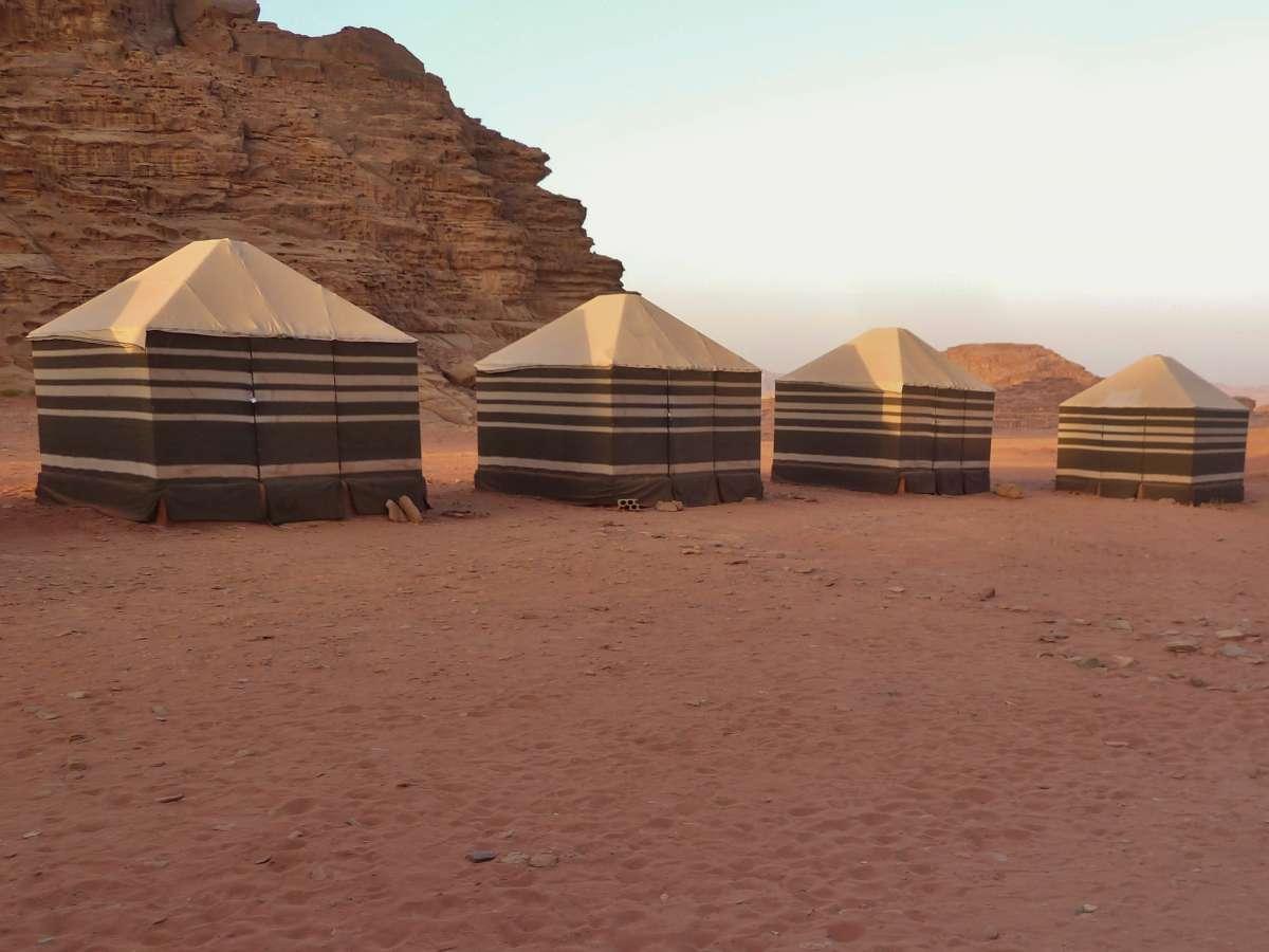 Quadratische Zelte im Camp