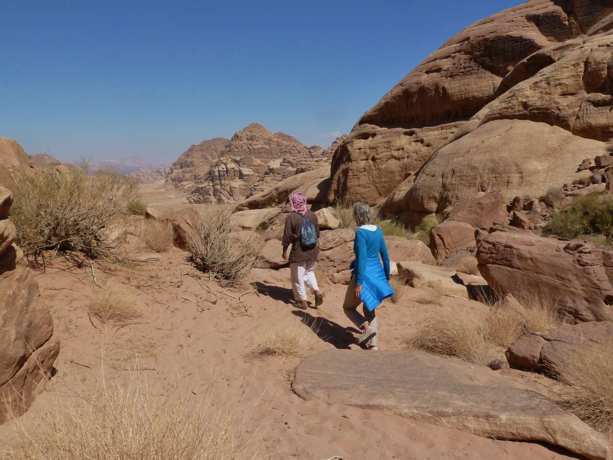 Beduinenguide und Gina gehen durch die Wüste von Wadi Rum