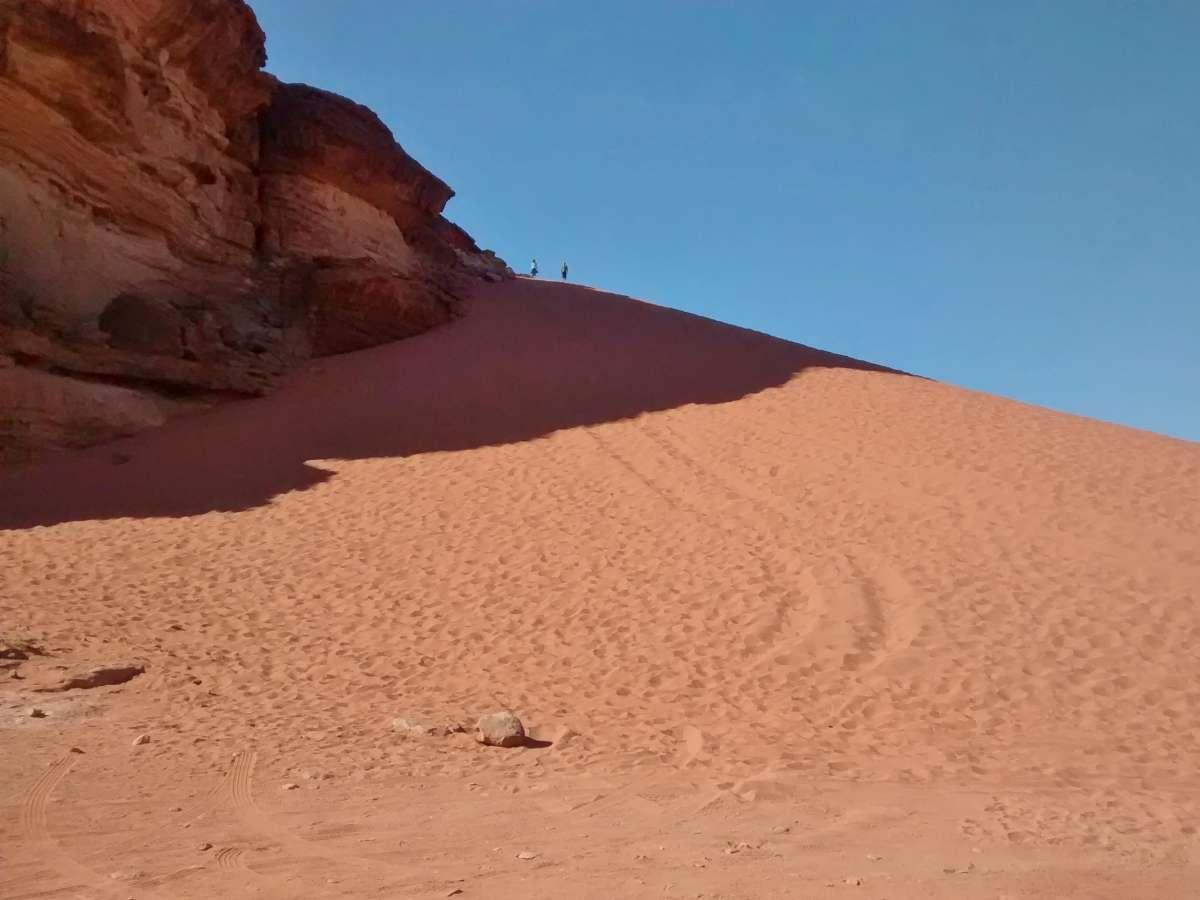 Rote Sanddüne an Felswand