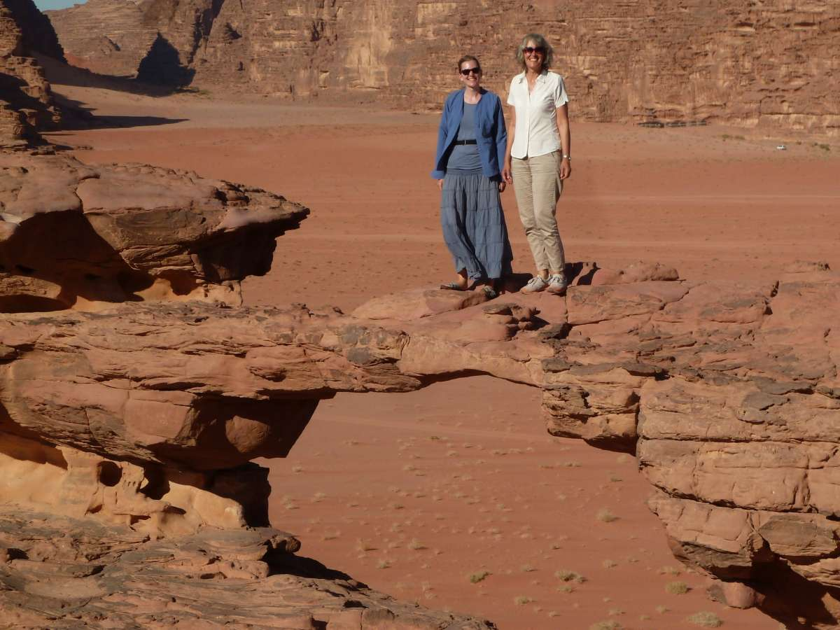 Gina und Victoria stehen auf der Felsbrücke im Wadi Rum