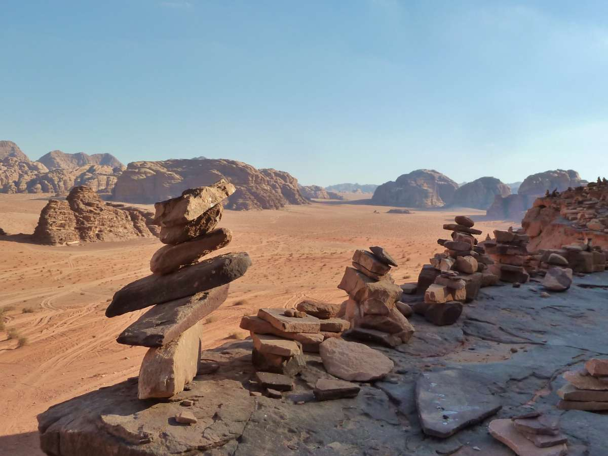 Steinmännchen auf der Höhe, dahinter Sandwüste