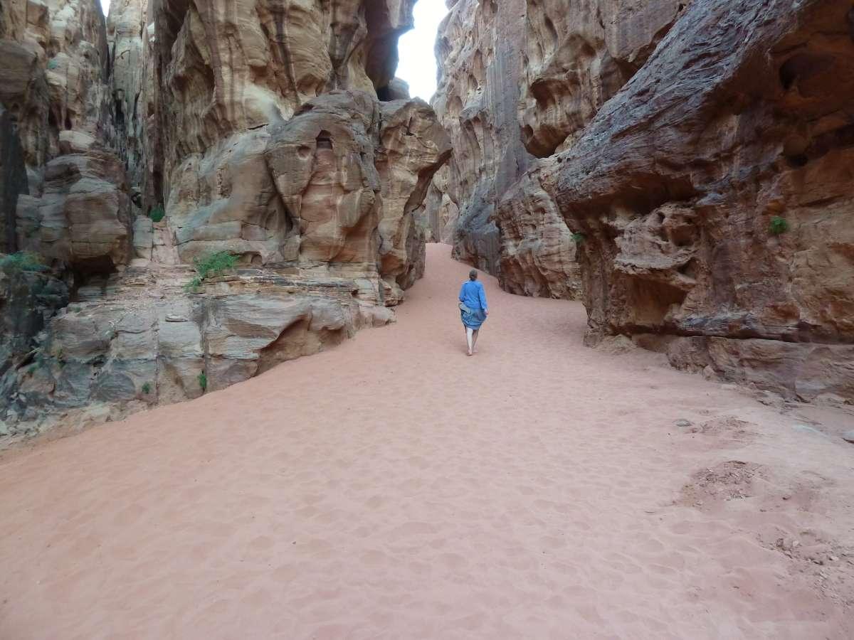 Victoria läuft durch den großen Canyon