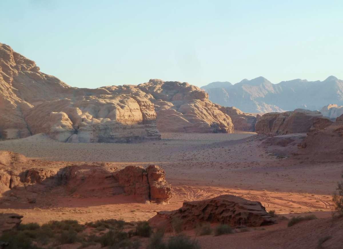 Wüstenlandschaft im warmen Abendlicht