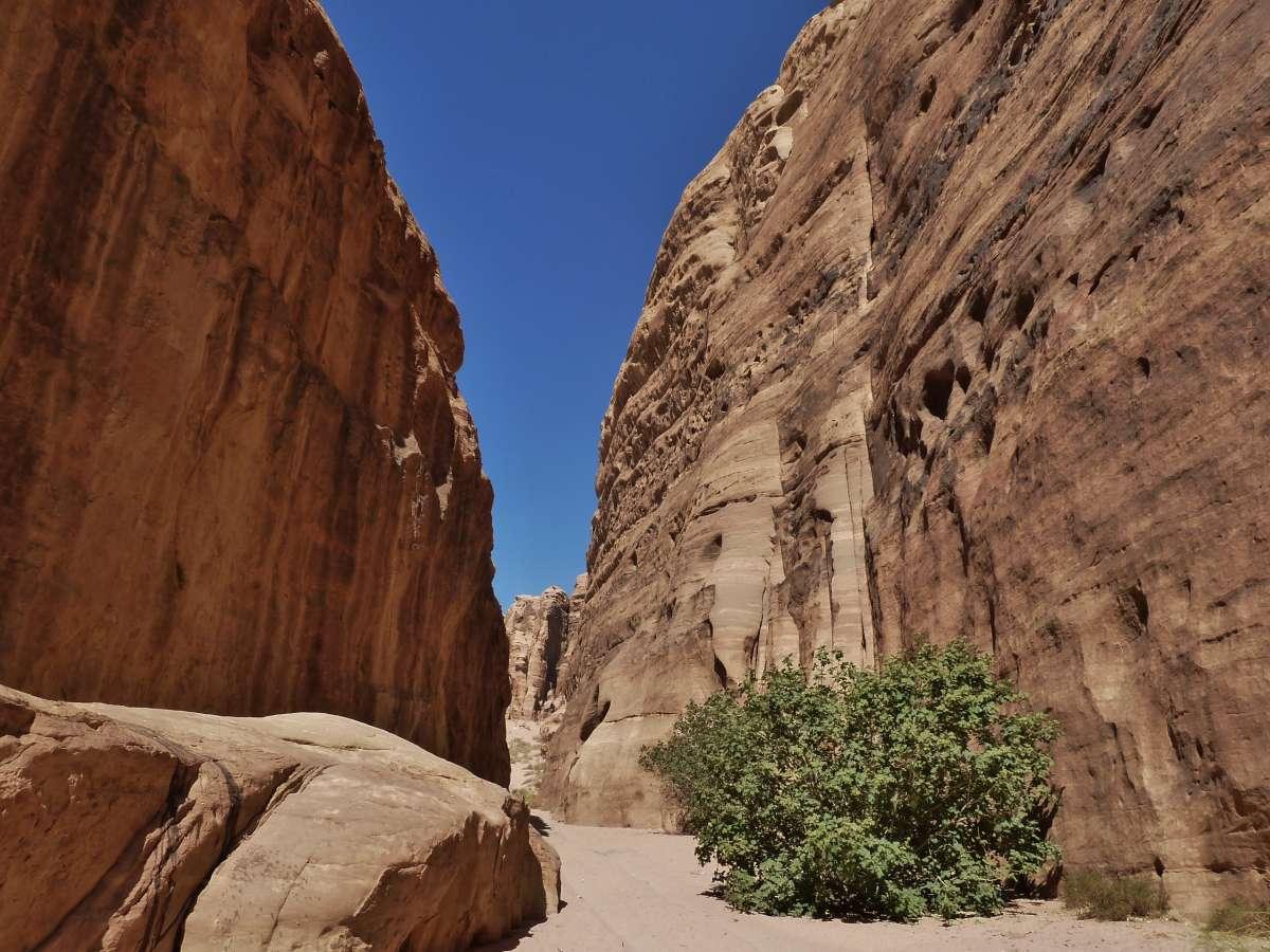 Steile Felswände in engem Canyon