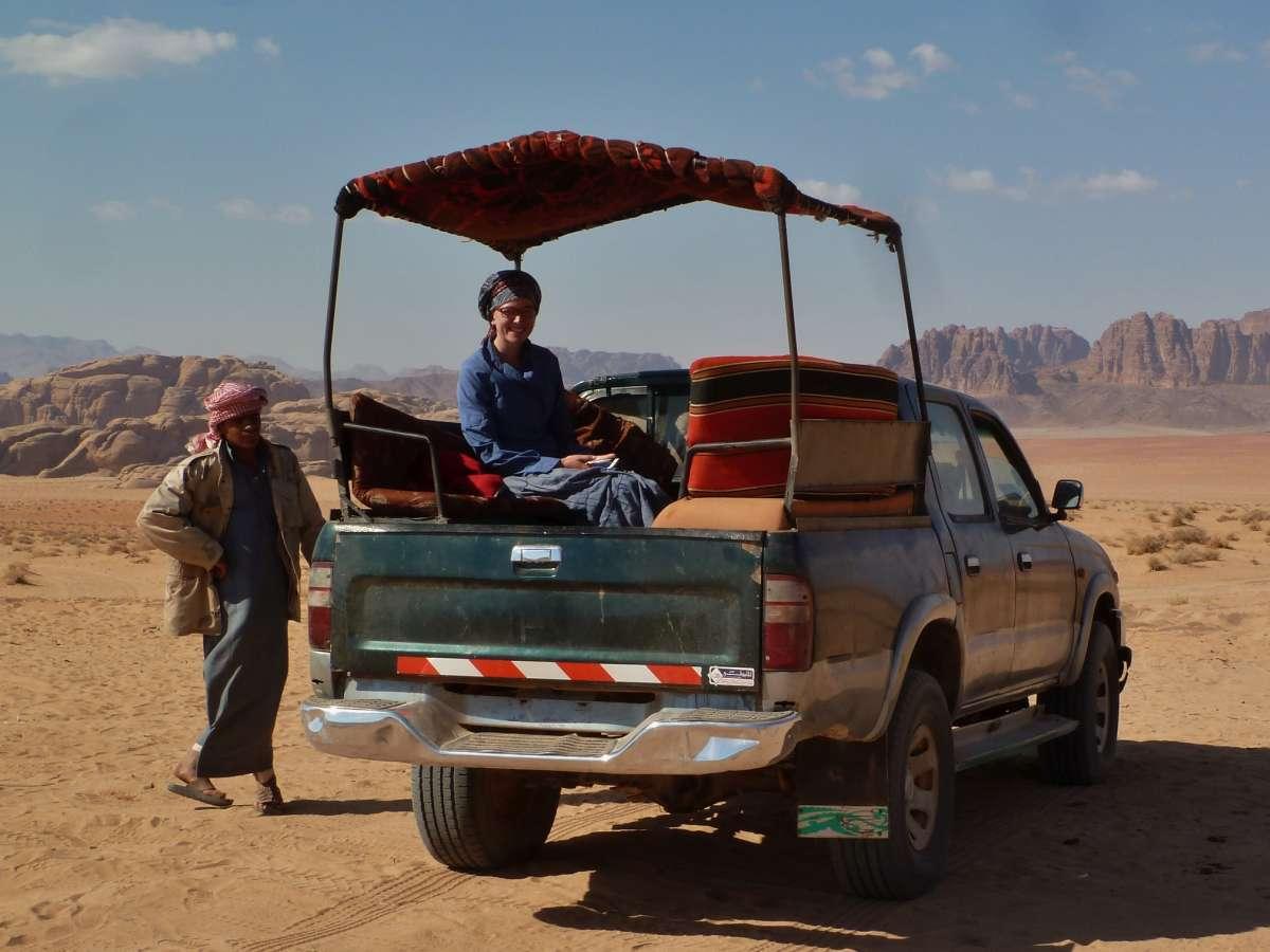 Victoria auf der Ladefläche eines Jeeps
