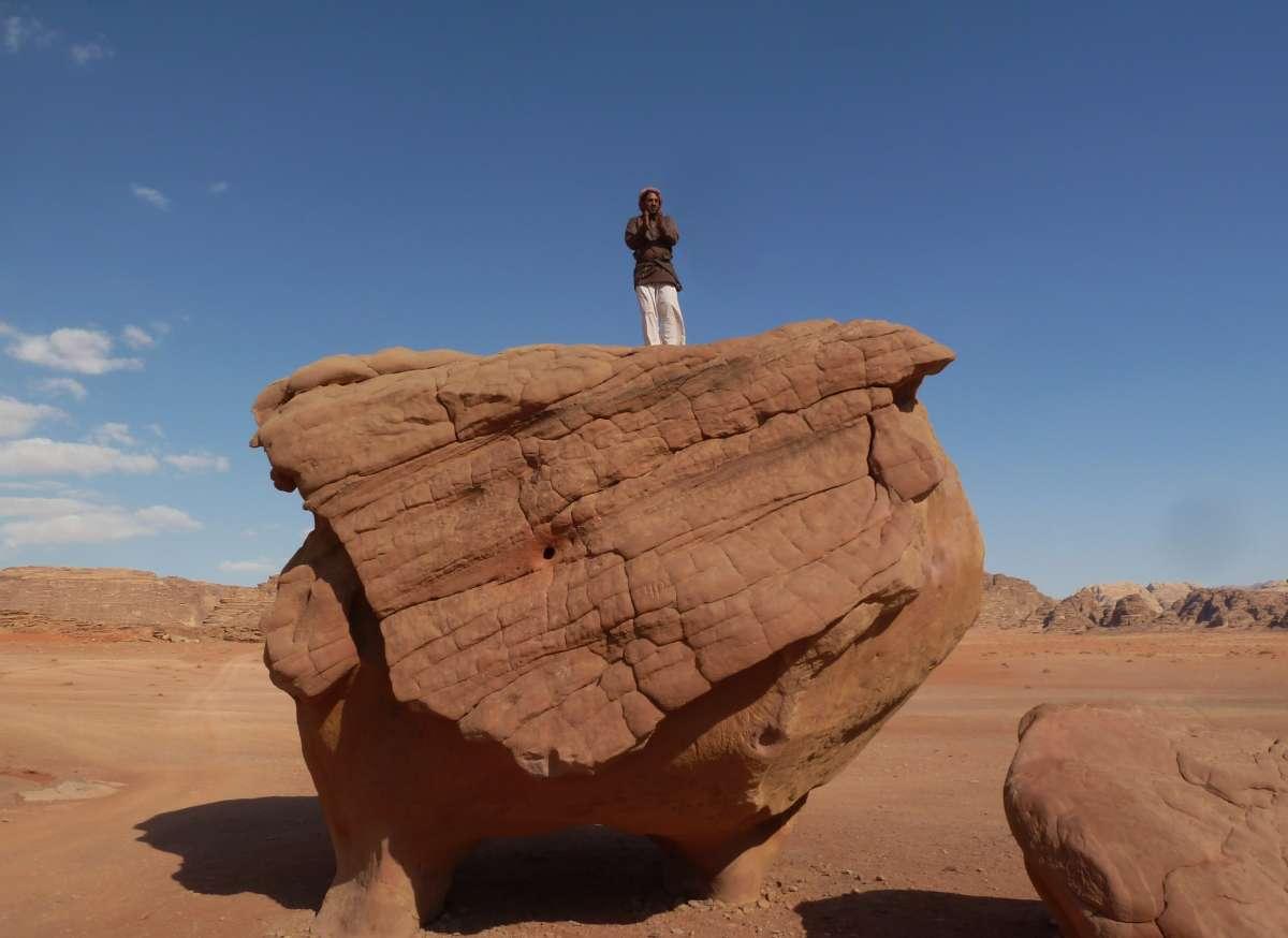 Beduine steht oben auf dem Fels