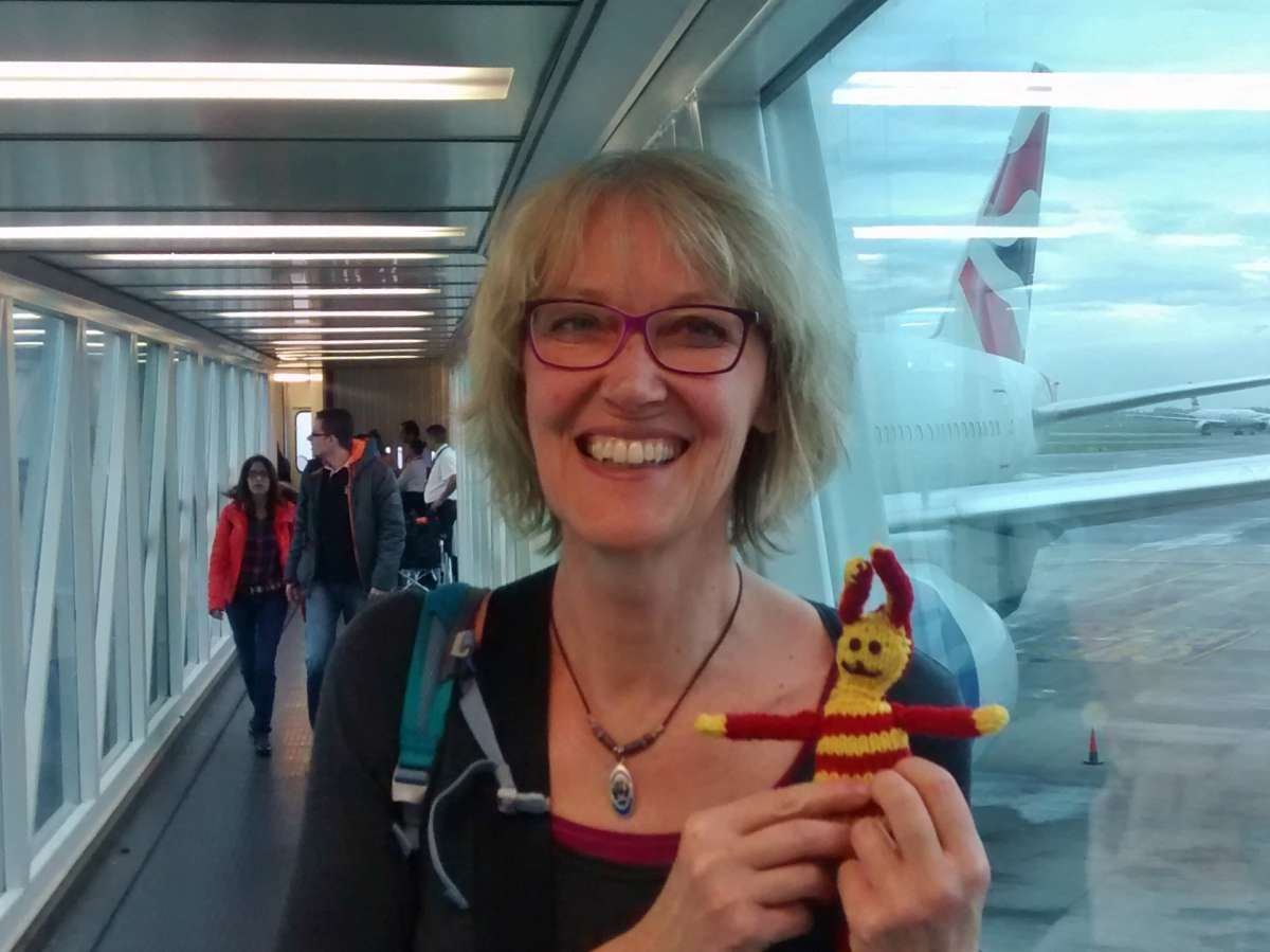 Gina und Reise-Ringel am Flughafen von Buenos Aires