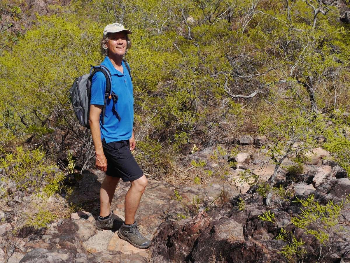 Marcus mit Wanderschuhen und Sonnenkäppi beim Bushwalk