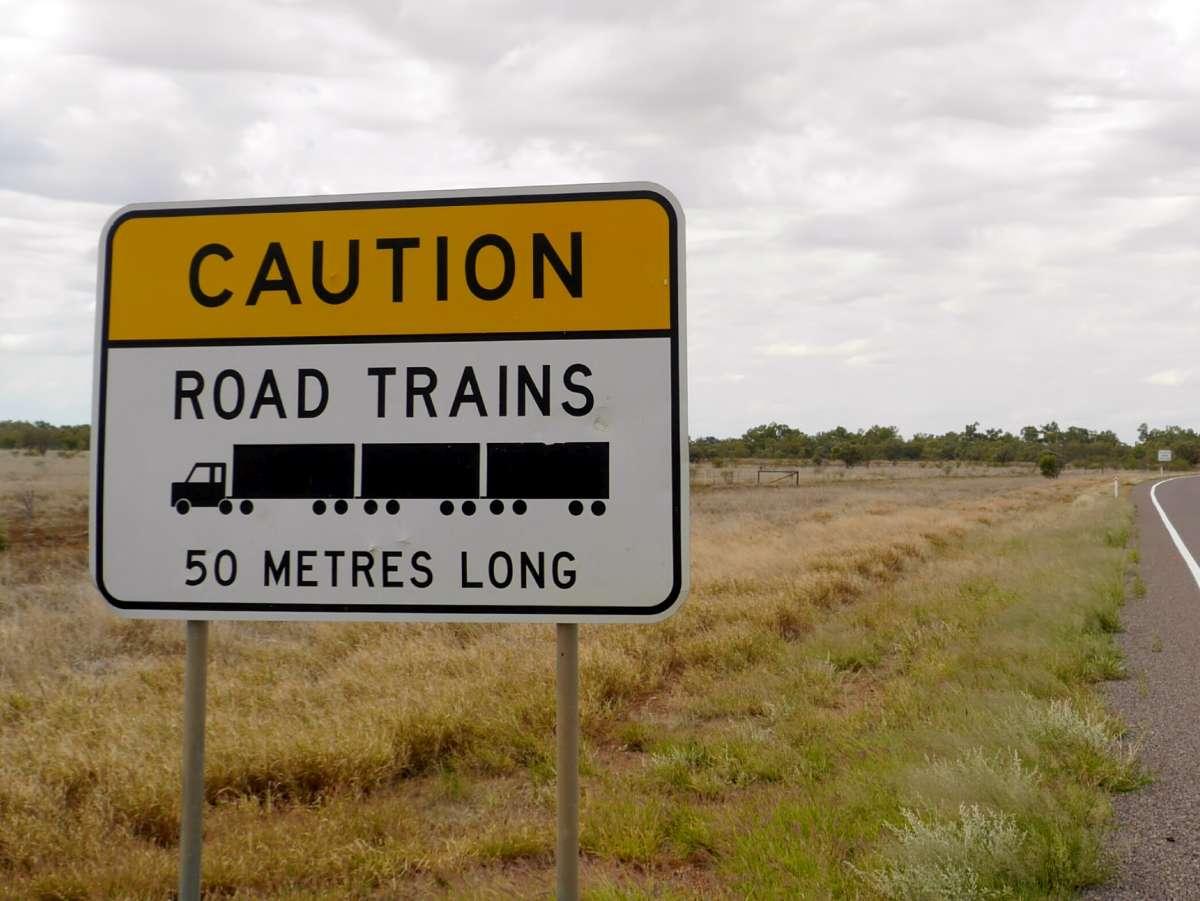 Schild mit der Warnung vor Roadtrains, 50 Meter lang