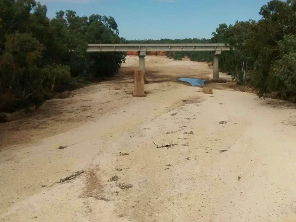 Ausgetrocknetes Flussbett im Outback