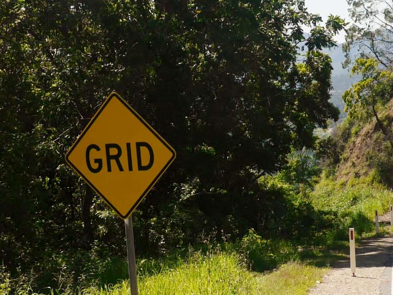 """Schild """"Grid"""" am Straßenrand"""