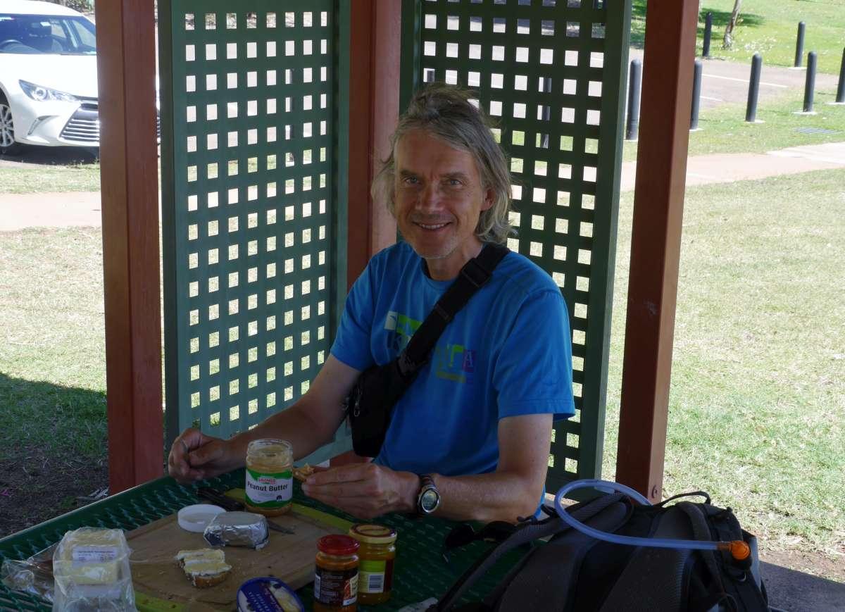 Marcus an schattigem Picknicktisch
