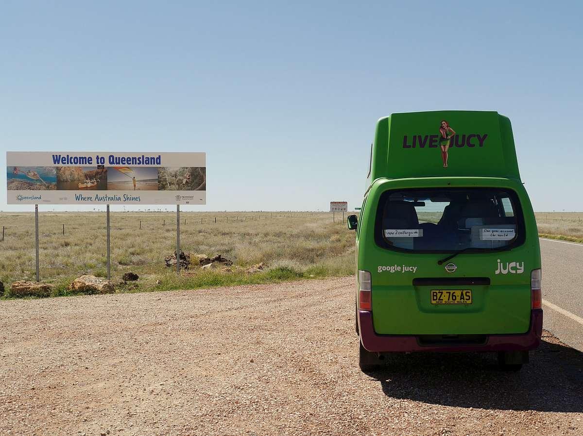 grüner Campervan an der Grenze zu Queensland