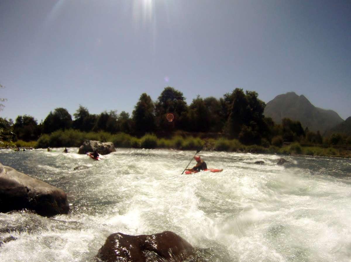 Katarakt auf dem Rio Liucura wird von einer Reihe Kajaks befahren
