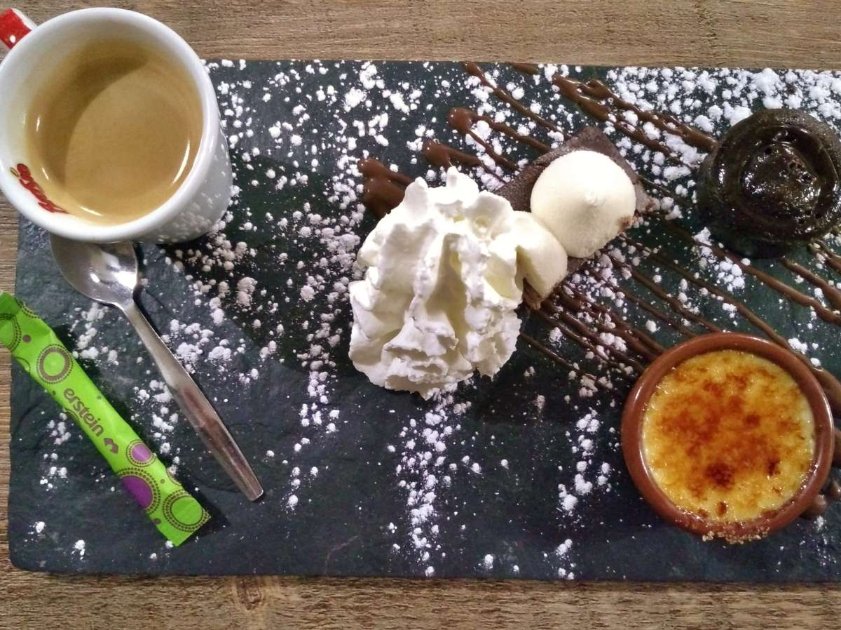 Teller mit Espresso und drei Mini-Desserts