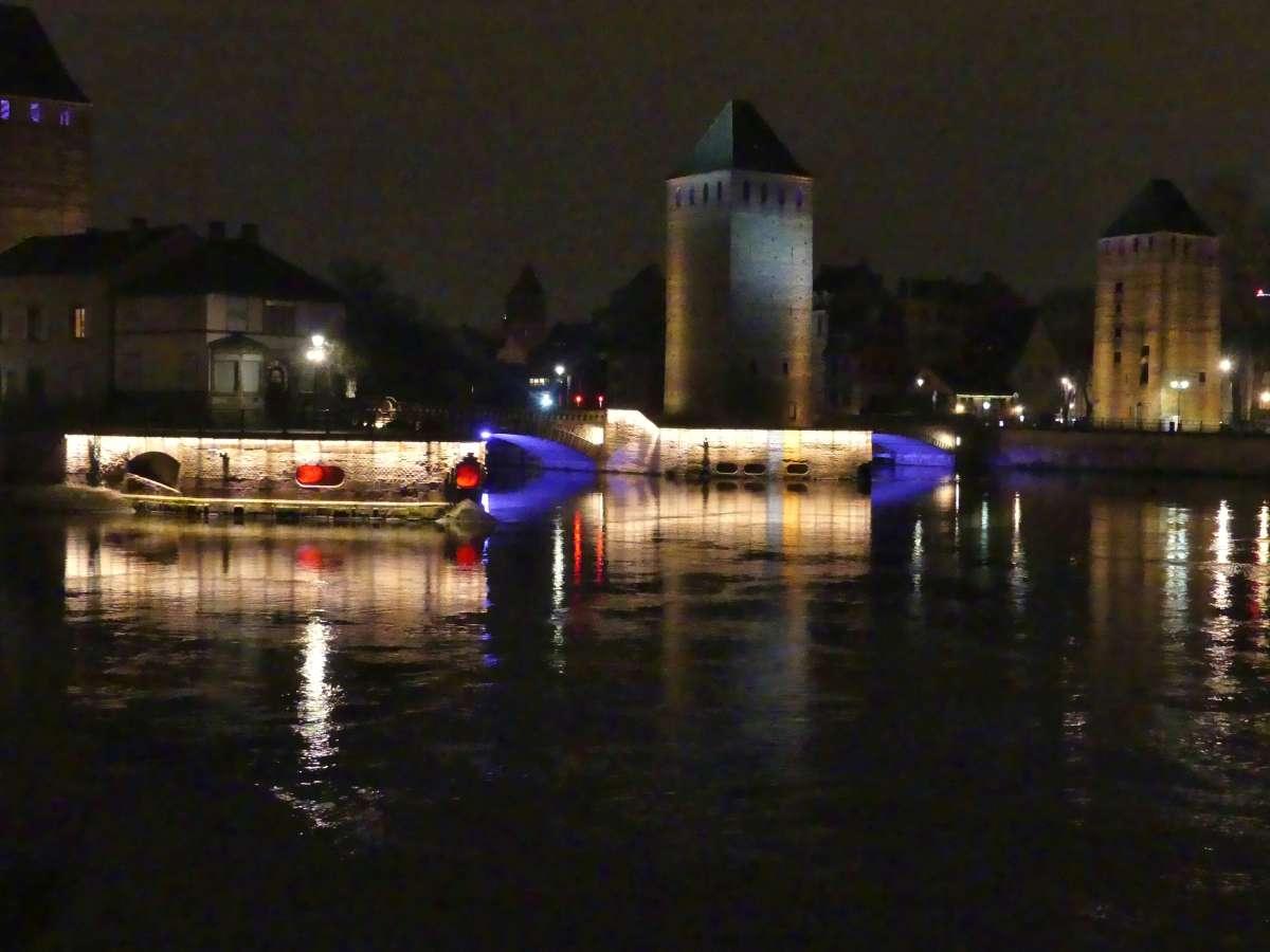 Türme und Brücken mit nächtlicher Beleuchtung