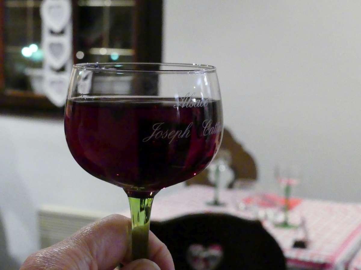Kleines Weinglas mit rotem Wein