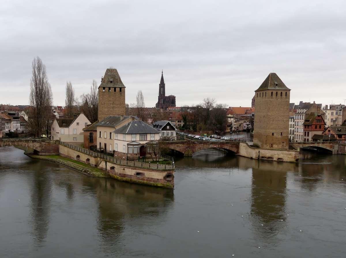 Mittelalterliche Türme und Brücken spiegeln sich in der Ill in Straßburg