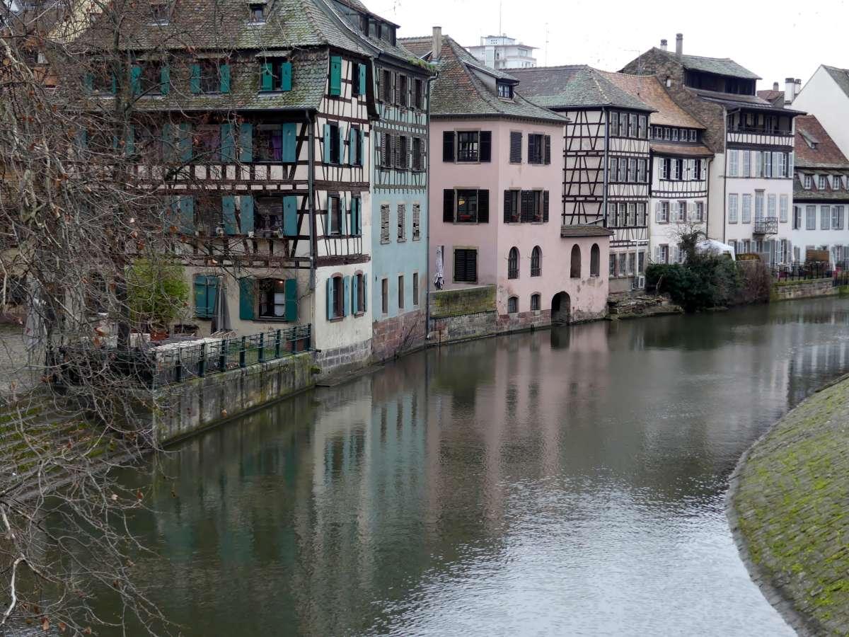 Altstadthäuser an der Ill in Straßburg im Winter