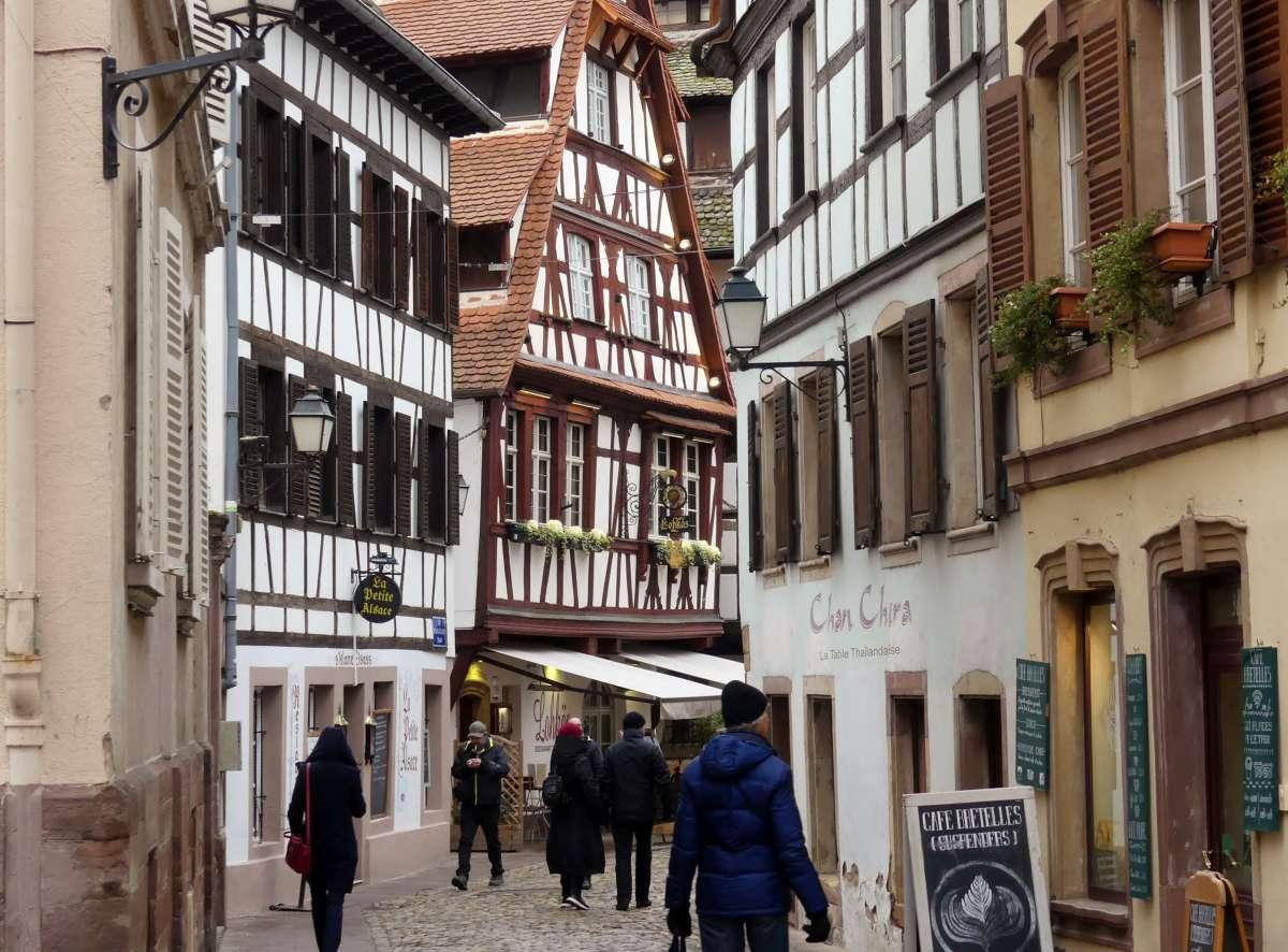 Gasse mit Fachwerkhäusern in Straßburg im Winter
