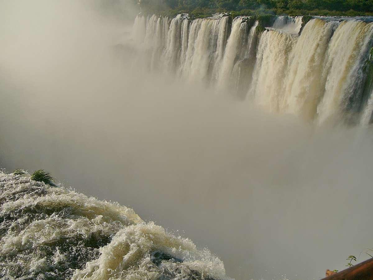 Wasserfälle und Gischt bei Iguazu