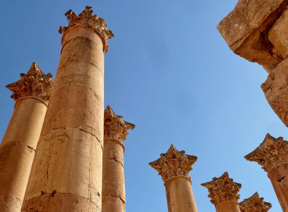 Römische Säulen ragen in den blauen Himmel in Jerash