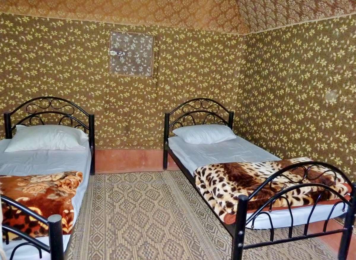 Zwei Betten in einem rechteckigen Zelt