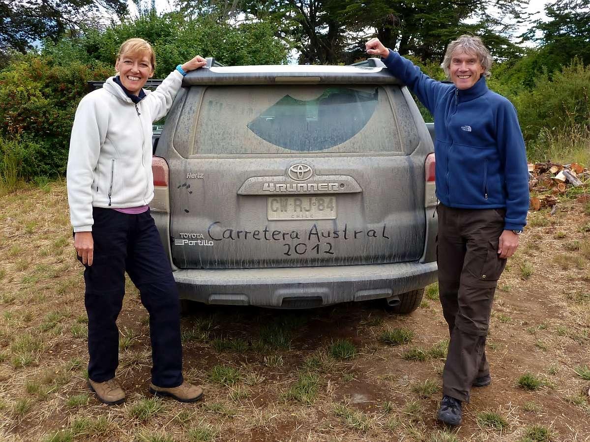 Gina und Marcus neben dem staubigen SUV auf der Carretera Austral