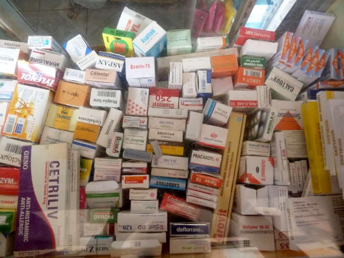 unübersichtliches Chaos vieler Medikamentenpäckchen