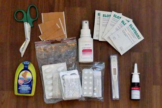 Medikamente und Pflaster der Reiseapotheke