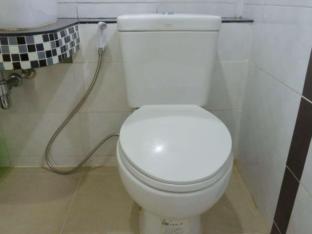 Sehr schickes Bad mit Popodusche