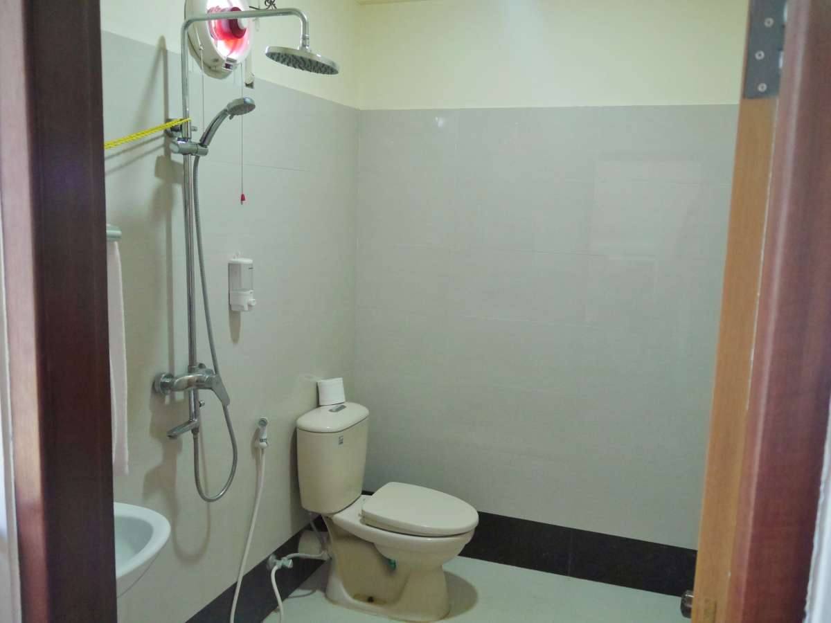 Typisches asiatisches Bad mit Popodusche neben der Toilette