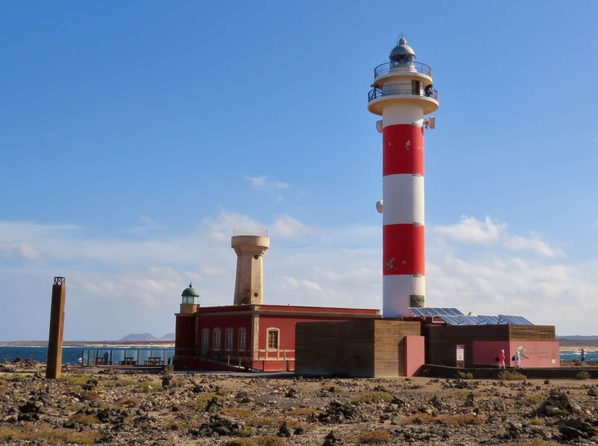hoher rot-weißer Leuchtturm