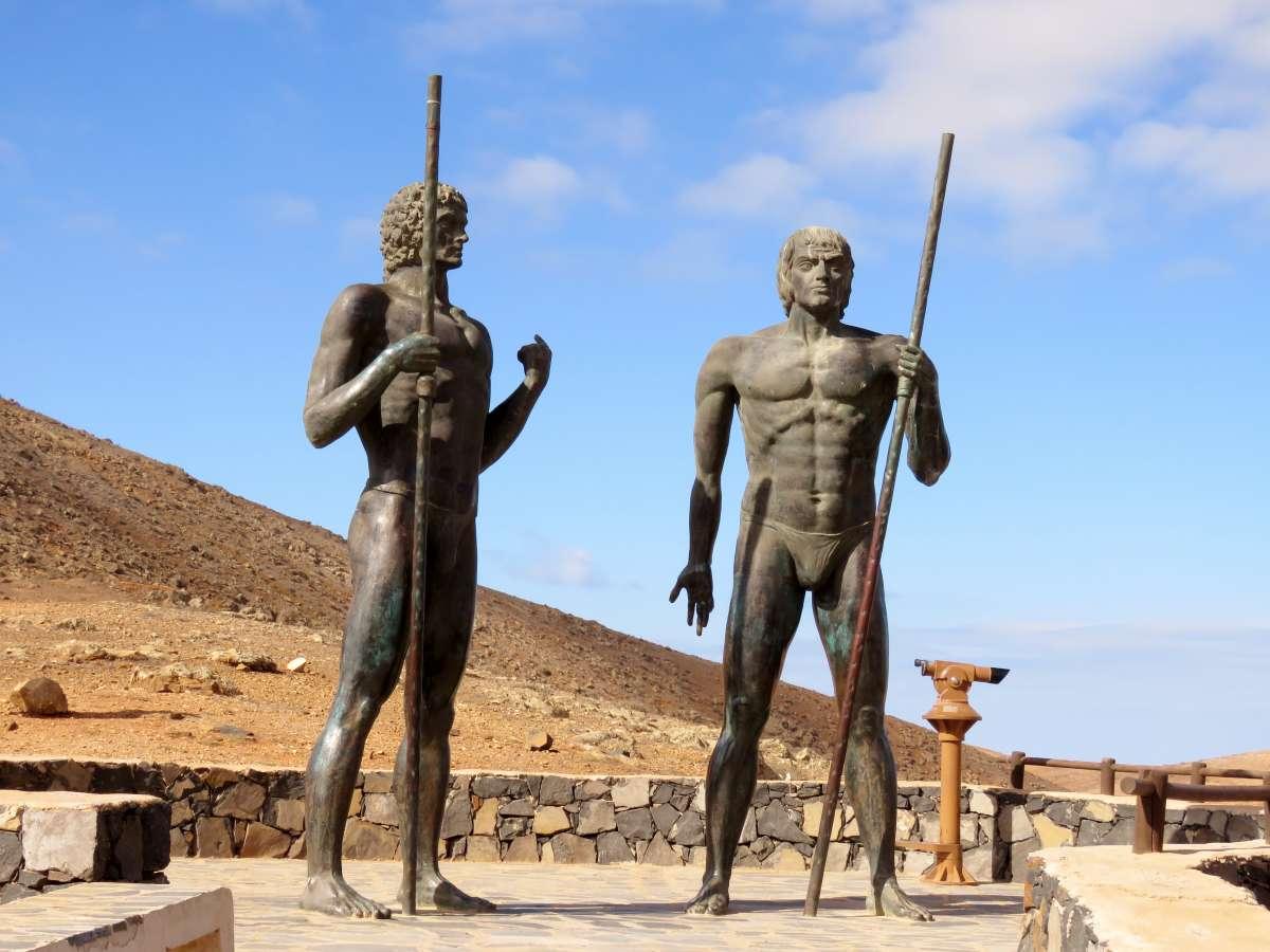 zwei große Statuen