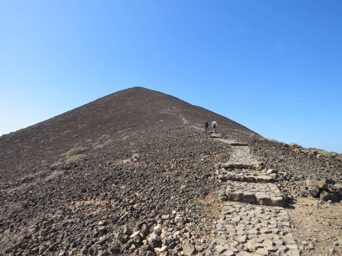 gepflasterter Pfad zum Gipfel des Vulkans auf Lobos