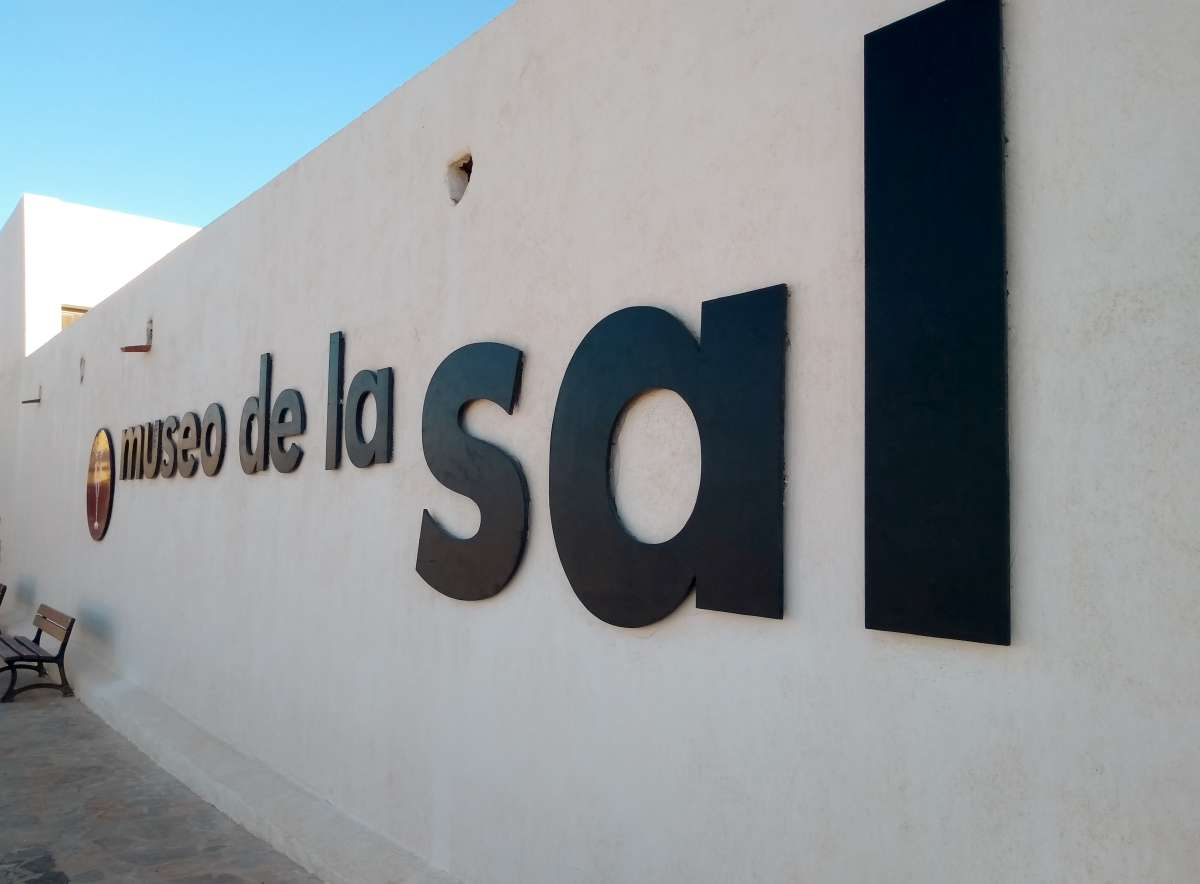 "Weiße Wand mit Schriftzug ""Museo de la sal"""