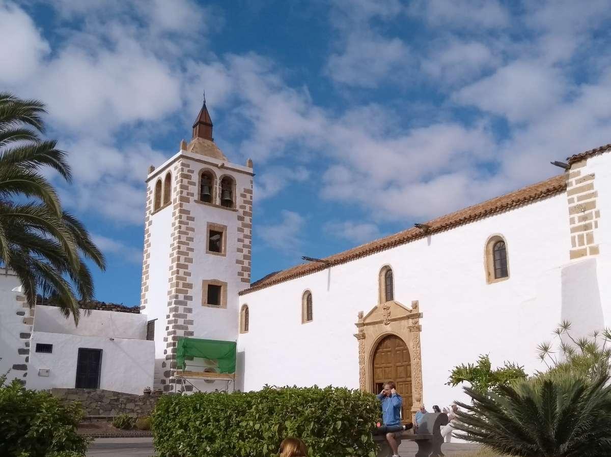 weiße Kirche mit Ziegeldach