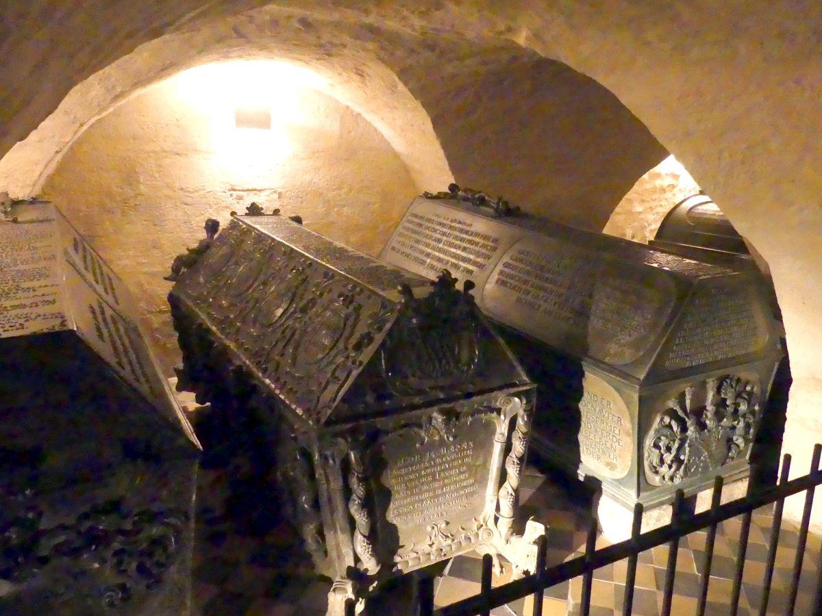 Sarkophage im Gewölbe