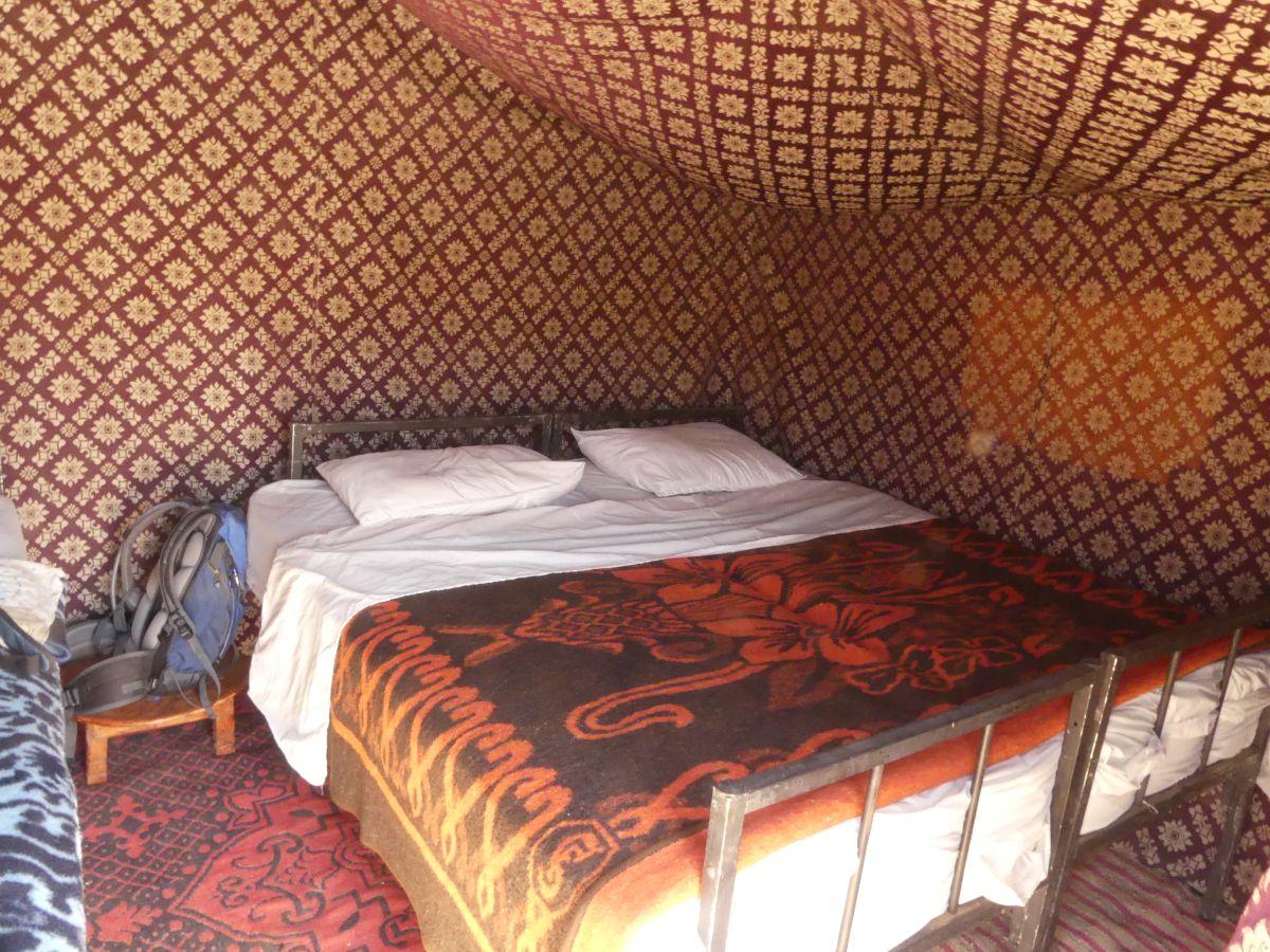 Doppelbett im Schlafzelt