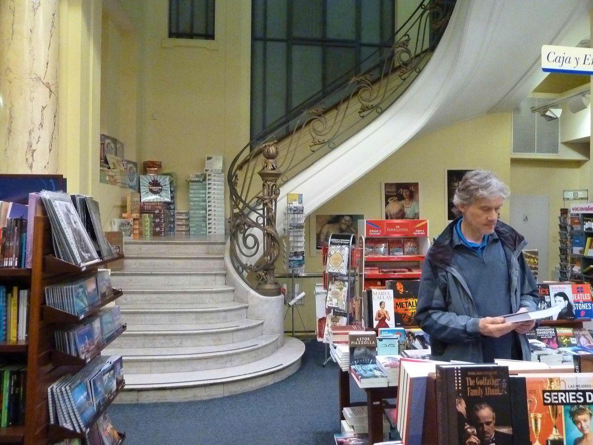 Marcus schaut sich ein Buch in einer Buchhandlung an