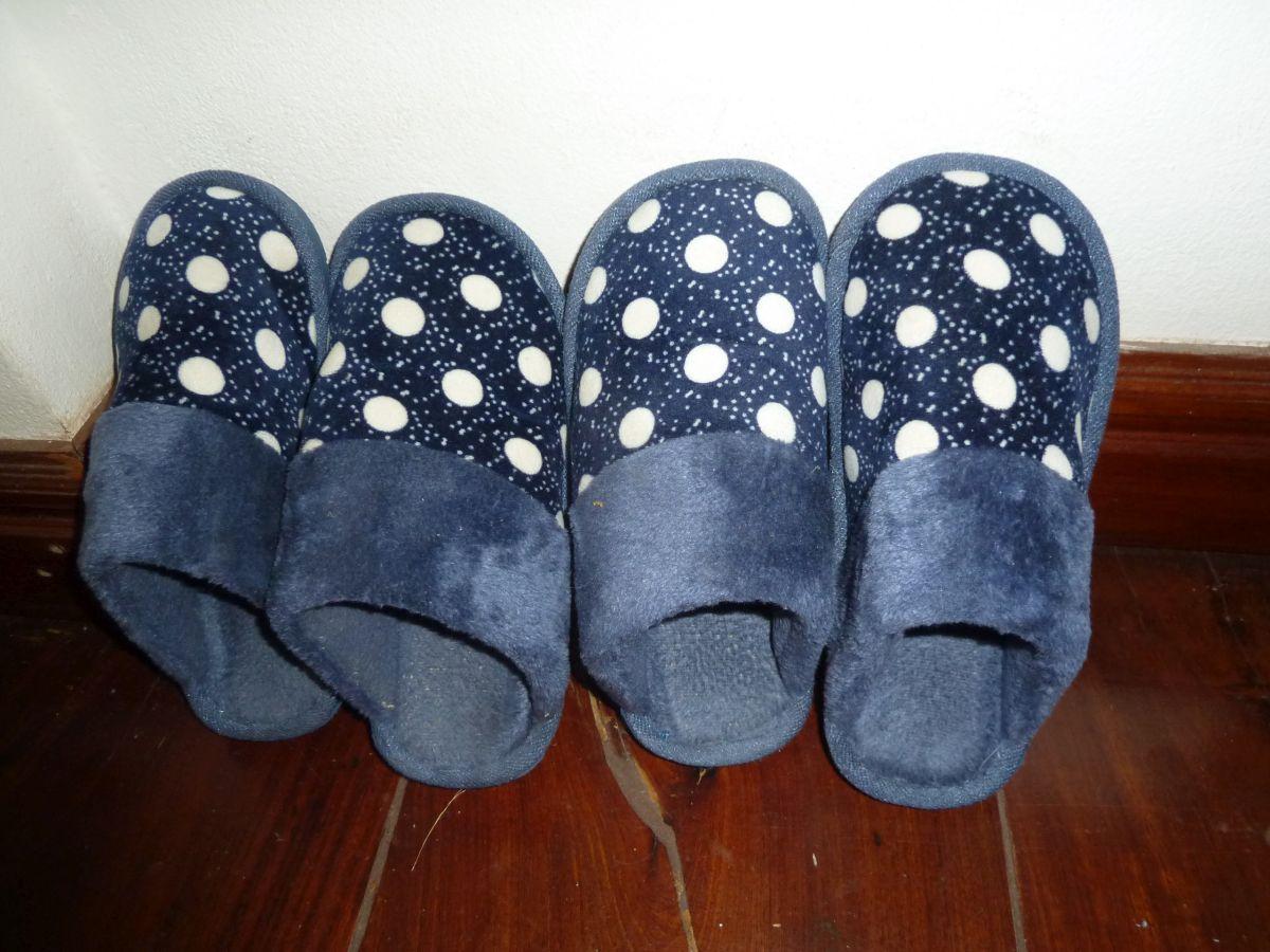 Zwei Paar blaue Pantoffeln